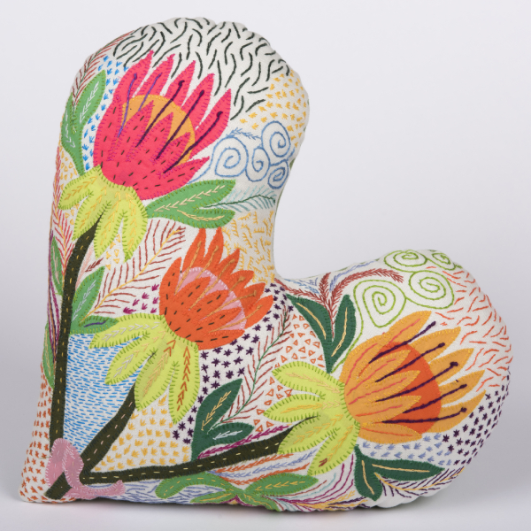 Coussin coeur brodé de fleurs - embroidered heart cushion flowers | mahatsara